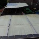 Het oude polycarbonaat platen dak